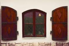 Altes hölzernes Fenster Das Fenster in der mittelalterlichen Art Leuchte im Fenster Lizenzfreie Stockbilder
