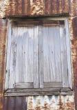 Altes hölzernes Fenster an der alten Stadt Stockfoto