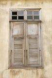 Altes hölzernes Fenster an der alten Stadt Lizenzfreie Stockbilder
