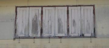 Altes hölzernes Fenster an der alten Stadt Stockfotos