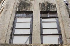 Altes hölzernes Fenster an der alten Stadt Stockbilder