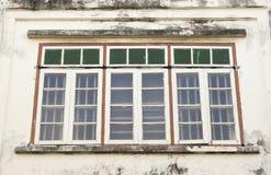 Altes hölzernes Fenster an der alten Stadt Lizenzfreies Stockfoto