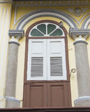 Altes hölzernes Fenster in der Chinesisch-portugiesischen Art an der alten Stadt Lizenzfreies Stockbild
