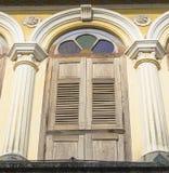 Altes hölzernes Fenster in der Chinesisch-portugiesischen Art an der alten Stadt Stockfotos
