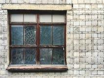 Altes hölzernes Fenster in der grauen Betonmauer, mit Kopienraum für Text stockbilder