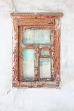 Altes hölzernes Fenster in einem alten Haus Lizenzfreie Stockfotos