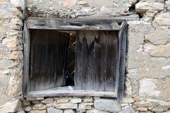 Altes hölzernes Fenster legen an Steine in den Weg stockbilder