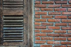 Altes hölzernes Fenster mit alter Backsteinmauer lizenzfreies stockfoto