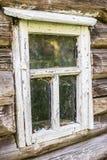 Altes hölzernes Fenster mit der Schale der weißen Farbe in einem alten ein Klotz c Stockbild