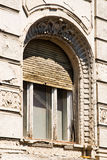 Altes hölzernes Fenster mit Fensterläden Stockbild