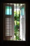 Altes hölzernes Fenster mit Gartenansicht Lizenzfreie Stockfotografie