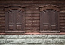 Altes hölzernes Fenster mit geschnitzten hölzernen Verzierungen. Geschlossene Fenster. Stockfotos