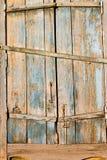 Altes hölzernes Fenster schließt mit Farbe weg abziehen Fensterläden und rostig Stockfoto