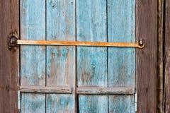 Altes hölzernes Fenster schließt mit Farbe weg abziehen Fensterläden und rostig Stockfotografie