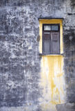 Altes hölzernes Fenster und alte Betonmauer Stockfotografie