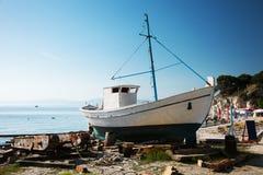 Altes hölzernes Fischerboot Lizenzfreie Stockfotografie