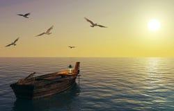 Altes hölzernes Fischerboot, das über ruhigen See und Sonnenunterganghimmel schwimmt Stockfotografie