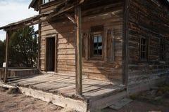 Altes hölzernes Gebäude steht in einem ländlichen Gebiet des New Mexiko Stockbilder