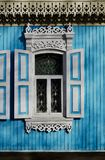 Altes hölzernes geschnitztes Fenster mit Mustern an den Rändern Lizenzfreies Stockbild