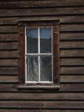 Altes hölzernes gestaltetes Fenster in wieder hergestelltem Gebäude Lizenzfreies Stockfoto