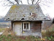 Altes hölzernes Häuschen im kleinen Dorf Lizenzfreie Stockfotografie