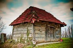 Altes hölzernes Häuschen - traditioneller Weinkeller Stockfotografie