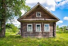 Altes hölzernes Haus im russischen Dorf Stockbild