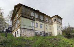 Altes hölzernes Haus mit fauler Wand stockbilder
