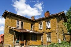Altes hölzernes Haus mit zwei Geschossen Stockfoto