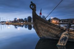 altes hölzernes historisches Schiff im Hafen in Carentan, Frankreich Stockbilder