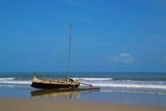 Altes hölzernes Kanu auf dem Strand Lizenzfreie Stockfotografie
