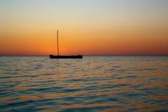 Altes hölzernes Kanu auf dem Strand Lizenzfreie Stockfotos