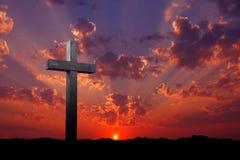 Altes hölzernes Kreuz bei Sonnenaufgang Stockbild