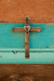 Altes hölzernes Kreuz mit Herzen Stockfotos
