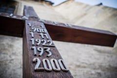 Altes hölzernes Kruzifix in der Weinleseart mit metallischen Zahlen Stockfotografie