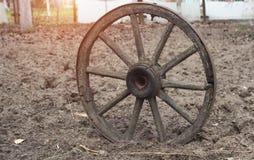 Altes hölzernes Rad von einer Pferdekutsche auf Ackerland, Boden, Nahaufnahme, Retro- lizenzfreie stockfotografie