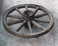 Altes hölzernes Rad von einer Pferdekutsche auf einem konkreten Hintergrund, Nahaufnahme, hölzernes Rad stockfoto