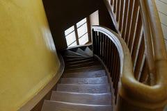 Altes hölzernes rundes Treppenhauswinden stockfotografie