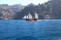 Altes hölzernes Schiff mit weißen Segeln Stockfotos