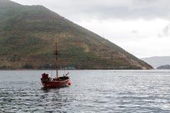 Altes hölzernes Schiff steht in Boko-Bucht von Kotor in Perast Lizenzfreie Stockfotos