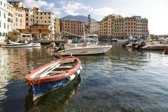 Altes hölzernes Schlauchboot im Hafen bei Camogli Lizenzfreie Stockfotos