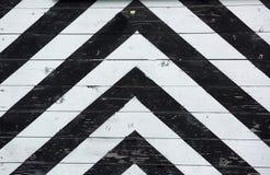 Altes hölzernes schwarz-weißes gestreiftes Tor Lizenzfreies Stockfoto