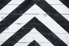 Altes hölzernes schwarz-weißes gestreiftes Tor Lizenzfreie Stockfotos