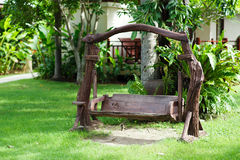 Altes hölzernes Schwingen im grünen Garten Stockfotografie