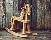 Altes hölzernes Schwingpferd auf Holz. Stockfotos