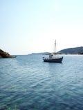Altes hölzernes Segelboot in Mittelmeer Faros-Hafen auf griechischem Isl Lizenzfreie Stockfotos