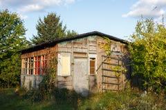 Altes hölzernes Sommerhaus mit Garten in Polen Lizenzfreie Stockfotos