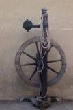 Altes hölzernes Spinnrad lizenzfreies stockbild