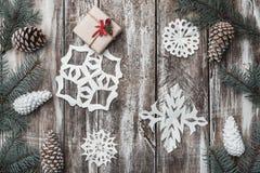 Altes hölzernes Tannenzweige, Kegel Weihnachtsstipendium, neues Jahr und Weihnachten Raum für Sankt-` s Mitteilung Geschenk Lizenzfreie Stockfotografie