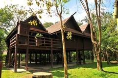 Altes hölzernes thailändisches Haus mit Garten Stockfotografie